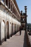 Mensen die op buitenkant van het oude het bekijken balkon letten Stock Foto