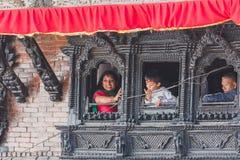 Mensen die op buitenkant van het venster in Katmandu letten royalty-vrije stock afbeeldingen