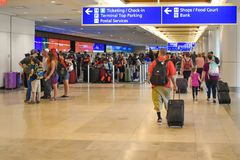 Mensen die op Controle en Etiketteringsgebied in Orlando International Airport 2 lopen royalty-vrije stock fotografie