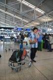 Mensen die op controle in Vaclav Havel Prague Airport wachten stock foto's