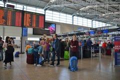 Mensen die op controle in Vaclav Havel Prague Airport wachten royalty-vrije stock foto's