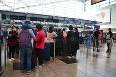 Mensen die op controle in Vaclav Havel Prague Airport wachten royalty-vrije stock afbeeldingen