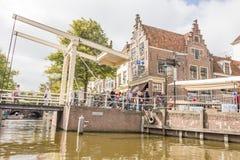 Mensen die op de beroemde ophaalbrug in Alkmaar, Nederland lopen Stock Fotografie