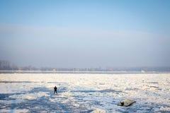Mensen die op de bevroren Donau in Belgrado, Servië, in Januari 2017 lopen gepast aan een uitzonderlijk koud weer over de Balkan Royalty-vrije Stock Afbeelding