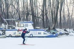 Mensen die op de bevroren rivier Tamis in Pancevo, Servië ski?en toe te schrijven aan een uitzonderlijk koud weer over de Balkan Royalty-vrije Stock Foto's