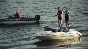 Mensen die op de boot dichtbij de strandpartij dansen stock videobeelden