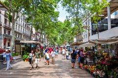 Mensen die op de centrale straat van La Rambla van Barcelona, Spanje lopen royalty-vrije stock fotografie