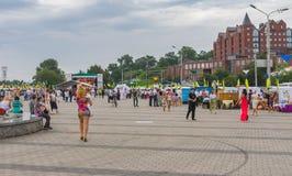 Mensen die op de de rivierdijk van Dniepr tijdens de vieringen van de Onafhankelijkheidsdag lopen Royalty-vrije Stock Foto's