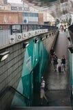 Mensen die op de helling lopen die tot Oude Straat Ondergrondse Sta leiden royalty-vrije stock afbeeldingen