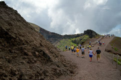 Mensen die op de manier aan de bovenkant van de vulkaan van de bergvesuvius lopen in Italië Royalty-vrije Stock Afbeeldingen