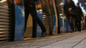 Mensen die op de metro krijgen stock videobeelden