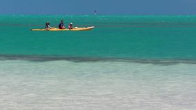Mensen die op de oceaan in langzame motie kayaking stock videobeelden