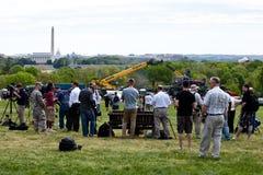 Mensen die op de Ontdekking van de Ruimtependel wachten Royalty-vrije Stock Fotografie