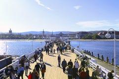 Mensen die op de pijler lopen Royalty-vrije Stock Foto