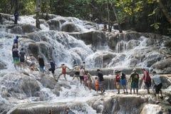 Mensen die op de Rivierdalingen van Dunn ` s beklimmen, Jamaïca royalty-vrije stock foto