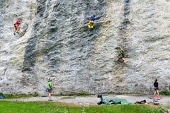 Mensen die op de rots in Engelberg beklimmen Royalty-vrije Stock Afbeeldingen