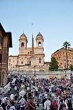 Mensen die op de Spaanse Stappen op Septs in Rome zitten Stock Afbeeldingen