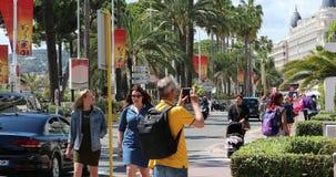 Mensen die op de stoep in Cannes lopen stock video
