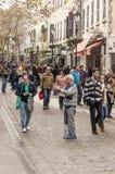 Mensen die op de straat lopen Stock Foto
