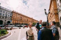 Mensen die op de Straat van Lenin in de zomer in Minsk lopen stock afbeeldingen