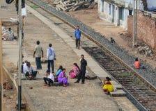 Mensen die op de trein bij de post in Bodhgaya, India wachten Stock Foto