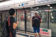 Mensen die op de trein bij metropost wachten royalty-vrije stock foto's