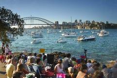 Mensen die op de Vooravond van het Nieuwjaar in Sydney wachten Royalty-vrije Stock Foto's
