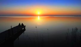 Mensen die op de zonsondergang letten stock foto