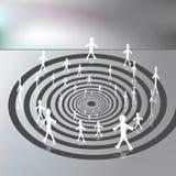 Mensen die op een Benedenwaartse Spiraalvormige Weg lopen Stock Afbeeldingen