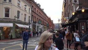 Mensen die op een bezige straat in Dublin lopen stock videobeelden