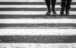 Mensen die op een gestreepte kruising lopen stock foto's