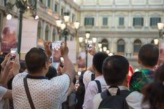 Mensen die op een levende show letten nemend foto's en video's Royalty-vrije Stock Foto