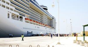 Mensen die op een lijnboot in La Goulette, Tunesië inschepen stock afbeeldingen