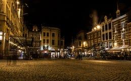 Mensen die op een markt bij nacht lopen Royalty-vrije Stock Foto's