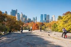 Mensen die op een rots in Central Park lopen Royalty-vrije Stock Afbeelding