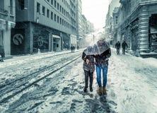 Mensen die op een sneeuwdag bij populaire Istiklal-Straat van Beyoglu lopen Royalty-vrije Stock Foto's