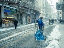 Mensen die op een sneeuwdag bij populaire Istiklal-Straat van Beyoglu lopen Stock Fotografie