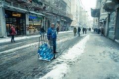 Mensen die op een sneeuwdag bij populaire Istiklal-Straat van Beyoglu lopen Royalty-vrije Stock Fotografie