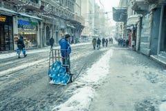 Mensen die op een sneeuwdag bij populaire Istiklal-Straat van Beyoglu lopen Royalty-vrije Stock Foto