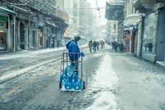Mensen die op een sneeuwdag bij populaire Istiklal-Straat van Beyoglu lopen Stock Afbeeldingen