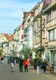 Mensen die op een straat in Colmar lopen Royalty-vrije Stock Foto