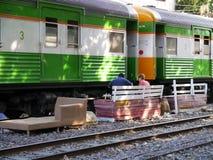 Mensen die op een trein wachten Stock Afbeeldingen