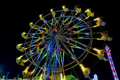 Mensen die op Ferris Wheel bij Nacht berijden Royalty-vrije Stock Foto