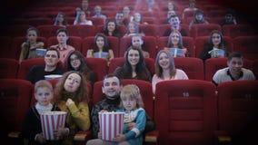Mensen die op film in bioskoop letten stock footage