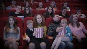 Mensen die op film in bioskoop letten stock videobeelden