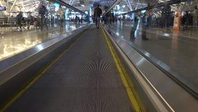 Mensen die op gang in Vnukovo-luchthaven lopen stock videobeelden