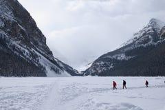 mensen die op het bevroren Meer Louise in de winter lopen Stock Foto's