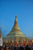 Mensen die op het gebied van de Shwedagon-Pagode in Yangon, Mya lopen Royalty-vrije Stock Afbeeldingen