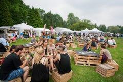 Mensen die op het gebied van het voedselhof van populair muziekfestival spreken Stock Foto
