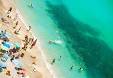 Mensen die op het openbare strand ontspannen Royalty-vrije Stock Afbeeldingen